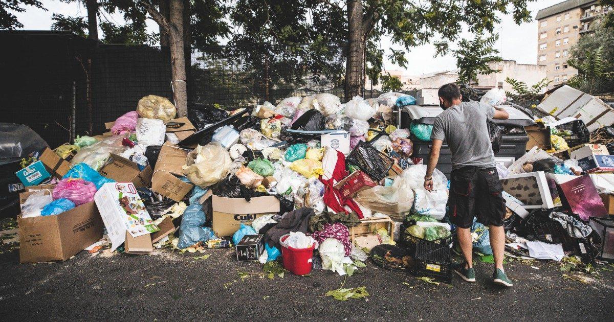 """Lazio, turismo sul litorale rovinato dai rifiuti. I sindaci: """"La Regione non ci dà gli impianti"""""""