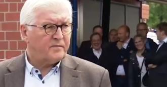 Alluvione Germania, ride e scherza mentre visita il luogo del disastro: polemiche contro il candidato alla cancelleria tedesca Laschet