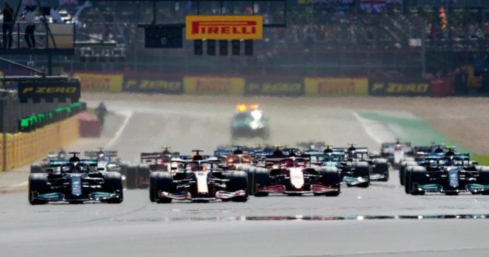 F1, Hamilton vince a Silverstone dopo testa a testa con Leclerc e lo scontro con Verstappen. L'olandese trasportato in ospedale per una tac