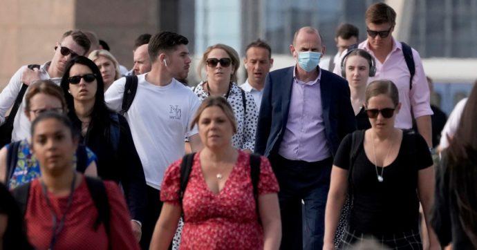 """Regno Unito, scatta il """"Freedom day"""": il ritorno alla normalità tra chi festeggia e chi tiene la mascherina. E intanto il tracciamento va in tilt"""