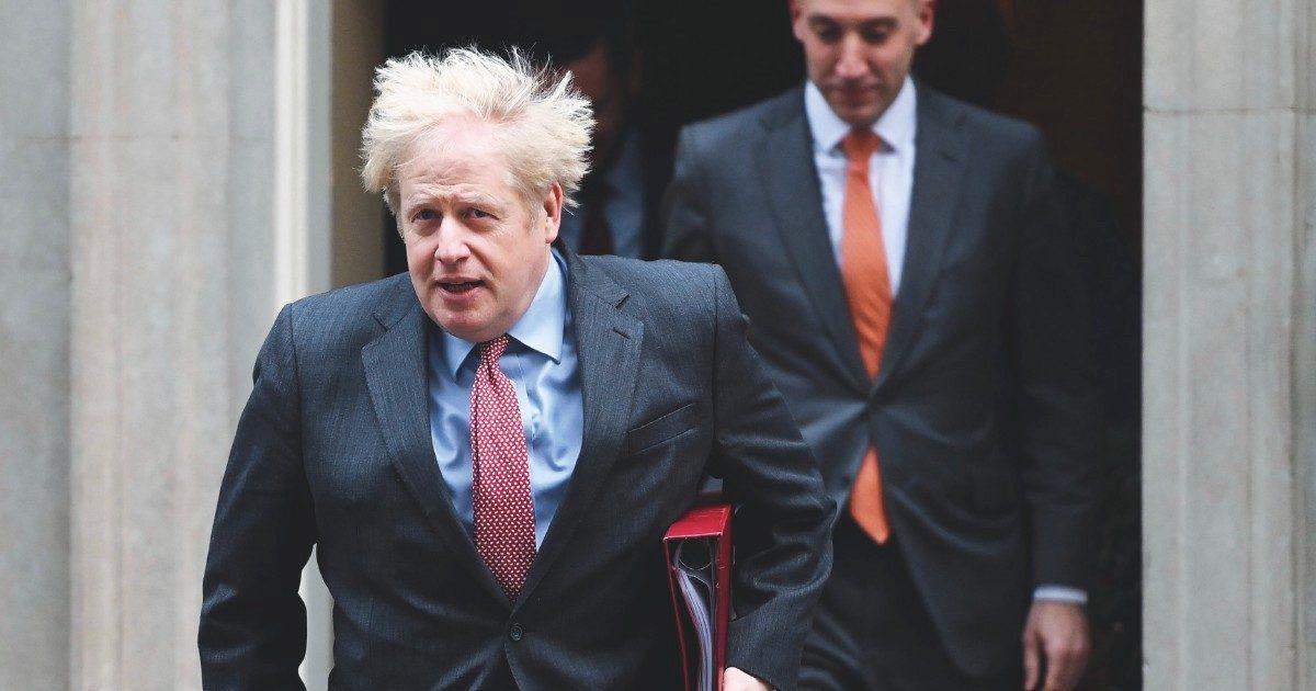 Johnson si isola, ma riapre Macron, green pass a metà