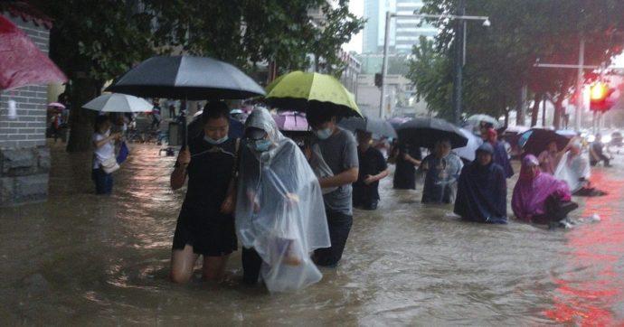 Cina, alluvione a Zhengzhou: città inondata e metropolitana sommersa dall'acqua. Le vittime salgono a 25, migliaia gli sfollati