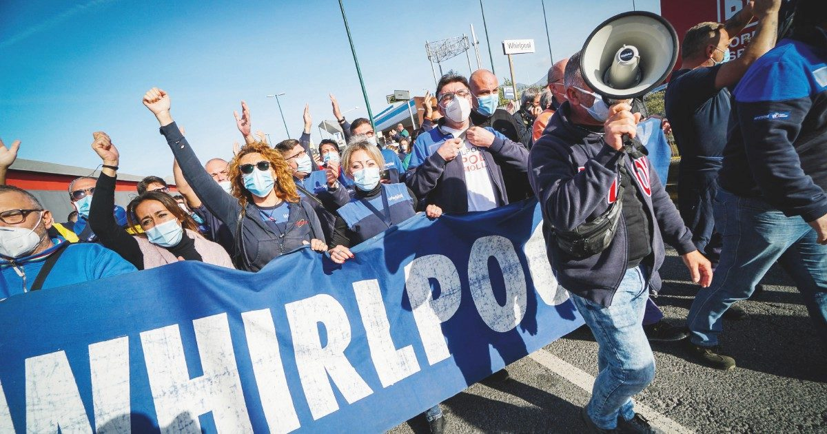 """Whirlpool Napoli, operai di nuovo in piazza. Occupati binari in stazione: """"Non molliamo"""""""