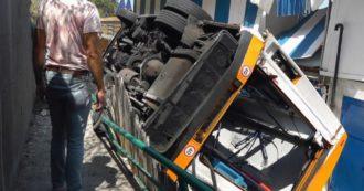 Mini bus va fuori strada a Capri e precipita per 5-6 metri su uno stabilimento balneare: morto l'autista, 23 feriti
