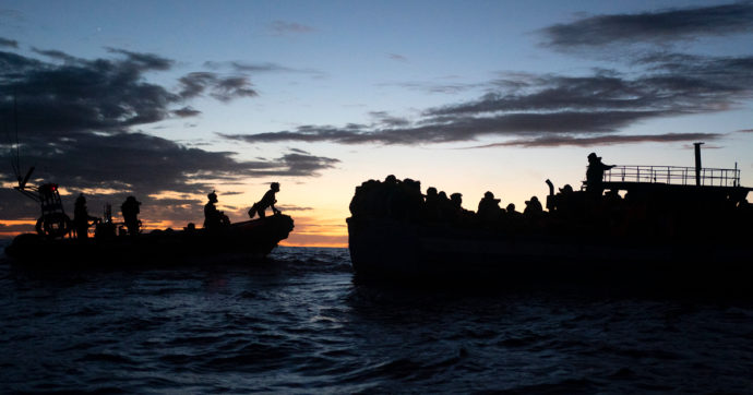"""Migranti, naufragio al largo della Libia: un morto e 14 dispersi. """"Salvate 51 persone"""""""