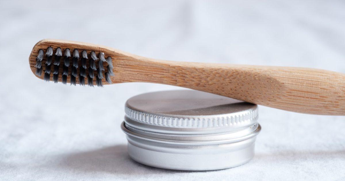 Fili di seta e manici di bambù: come lavarsi i denti in modo ecosostenibile