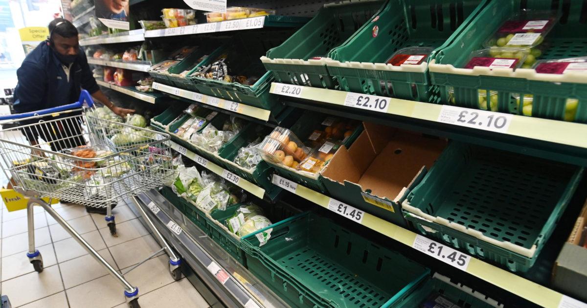 Supermercati vuoti: Johnson dà la colpa alla app Covid, ma è Brexit a far scappare gli stranieri