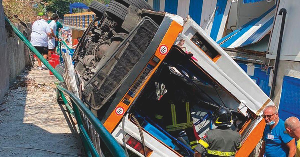 Capri, bus va fuori strada: 1 morto e 23 feriti. L'infarto dell'autista 33enne e il volo sul lido