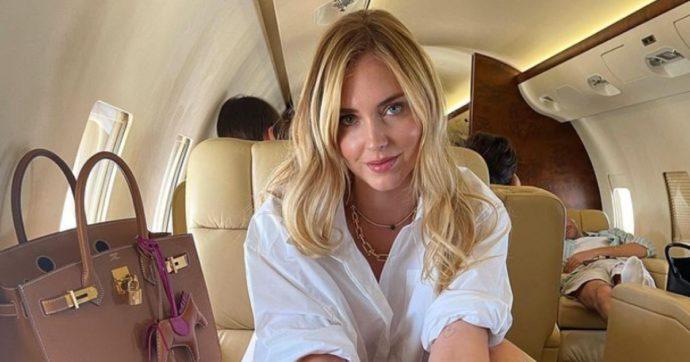 """Chiara Ferragni vola in Puglia con un jet privato. Bufera social: """"Ma vi rendete conto dell'impatto climatico?"""". """"Solo invidia"""". E lei risponde così"""