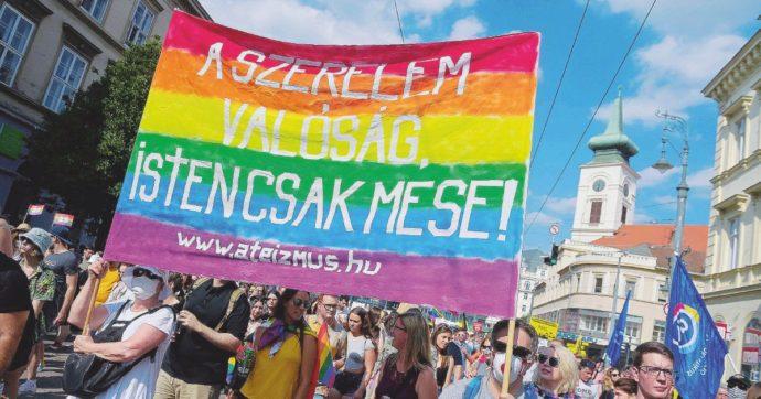 """Ungheria, duro scontro con Bruxelles: """"Non vogliamo le lobby Lgbtq nelle nostre scuole"""". Ora Orbàn minaccia di uscire dall'Ue"""