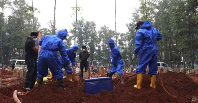 """Covid, """"in Indonesia morti 150 bambini in una settimana, tasso di decessi infantili più alto al mondo"""""""