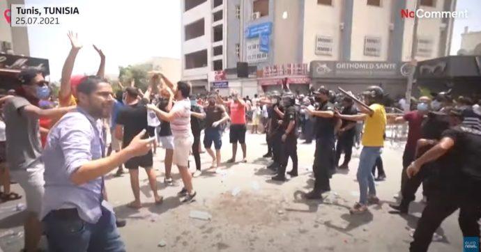 """Tunisia, il presidente Saied rimuove il premier e sospende il Parlamento dopo gli scontri. """"Seguo la Costituzione, non è colpo di Stato"""""""