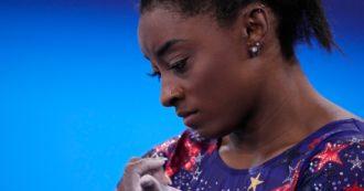 """Simone Biles si ritira dalla finale di ginnastica a squadre a Tokyo. La campionessa confessa: """"Devo pensare alla mia salute mentale"""""""