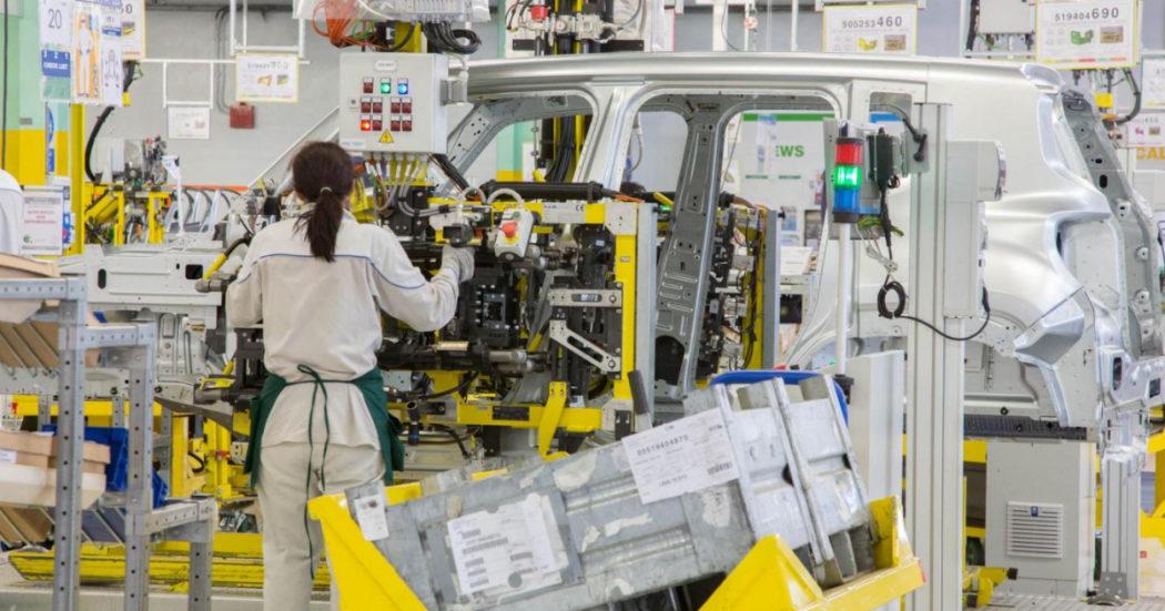 """Auto, la svolta """"elettrica"""" avrà forte impatto sul lavoro. Per la Ue saldo finale positivo, ma l'Italia sconta ritardi negli investimenti e nella formazione"""