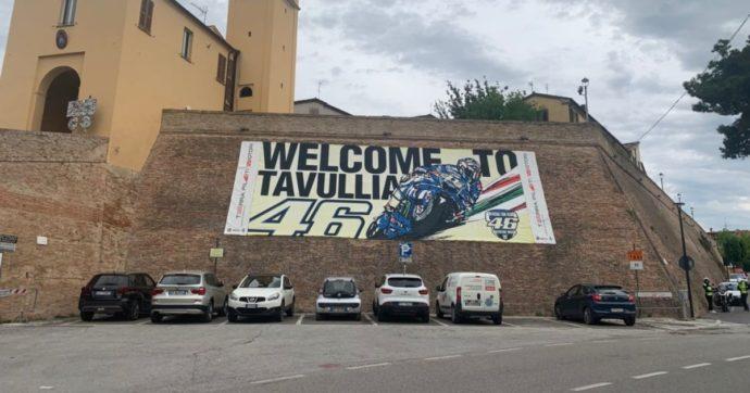 La 'riqualificazione' delle mura di Tavullia: dal Cassero medioevale ai polli di plastica