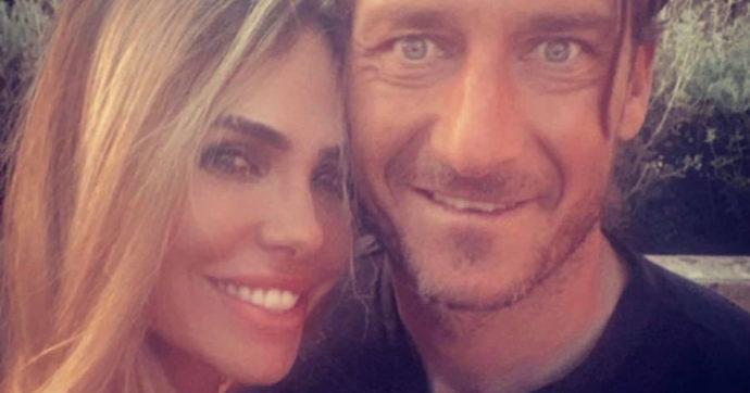 """Francesco Totti e Ilary Blasi inseguiti in vacanza. Lui all'autista: """"Entra dentro l'acqua"""""""