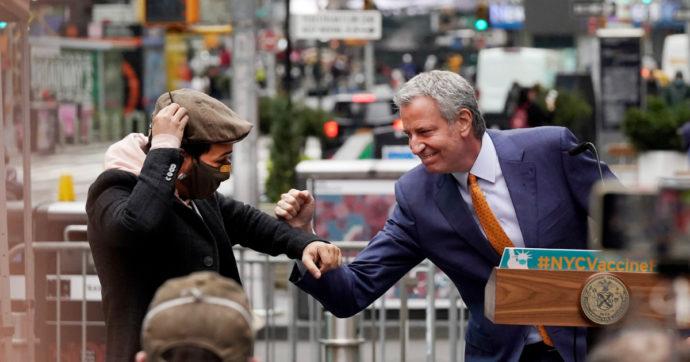 La mossa di New York: cittadini pagati per vaccinarsi, 100 dollari alla prima somministrazione. Casi in risalita