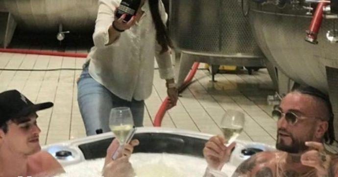 Guè Pequeno fa un bagno in una vasca di prosecco: putiferio di polemiche