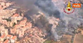Incendi a Catania, le immagini aeree dei roghi che lambiscono la città – Video