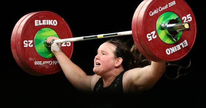Laurel Hubbard, la pesista neozelandese in gara a Tokyo: è la prima donna transessuale a partecipare alle Olimpiadi