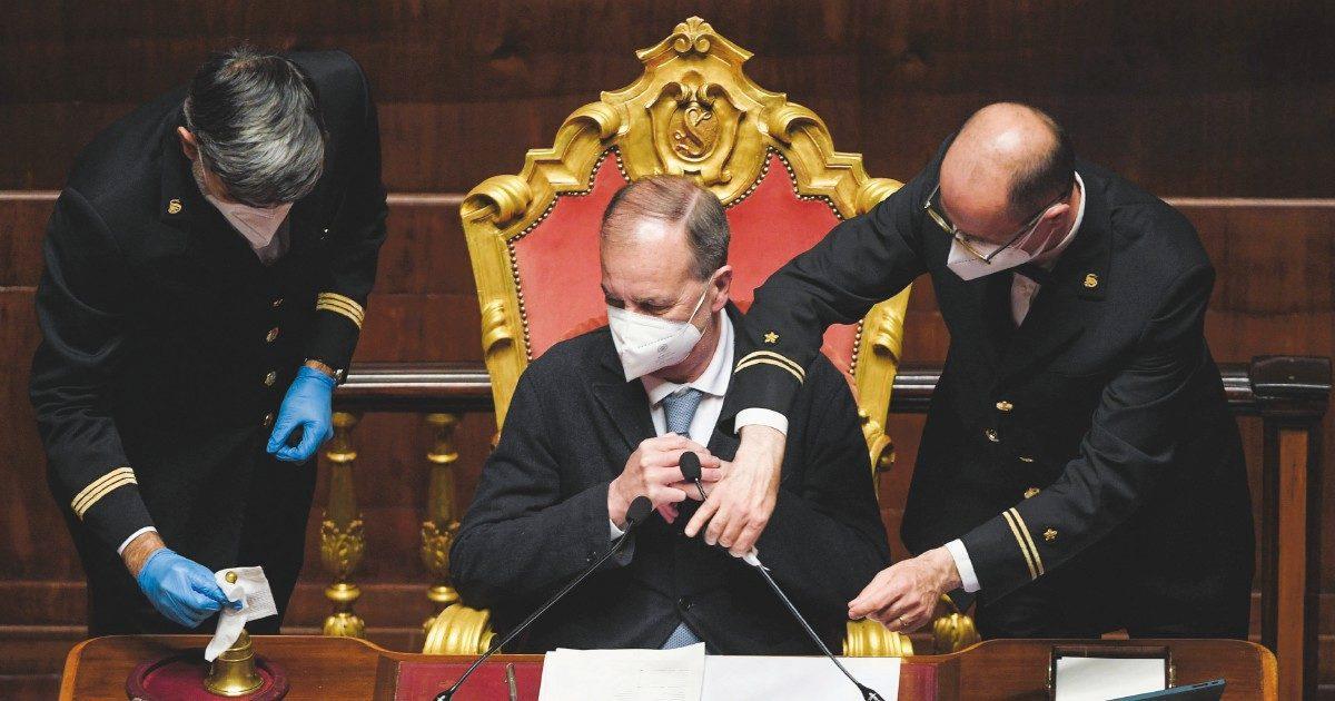 Calderoli si tiene il superattico del Senato. Solo lui (e un altro leghista) non rinunciano