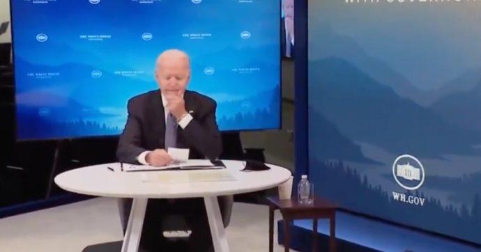 """""""Presidente ha una cosa lì sul mento"""": Joe Biden avvisato in diretta. I commenti: """"Era maionese?"""" """"Photoshop"""" (VIDEO)"""