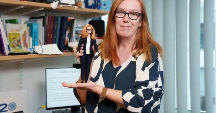 """Sarah Gilbert, la scienziata co-creatrice del vaccino Oxford/AstraZeneca diventa una Barbie: """"Voglio ispirare le bambine alle carriere Stem"""""""