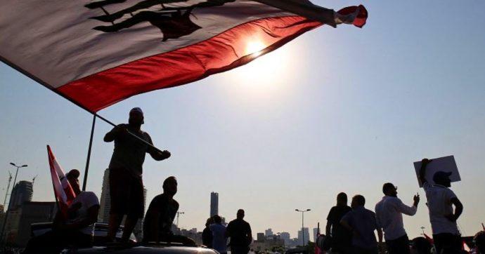 Libano, a un anno dall'esplosione al porto di Beirut scontri tra manifestanti e polizia: tentata irruzione nella sede del Parlamento