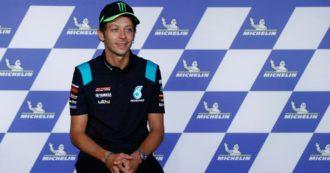 """MotoGP, Valentino Rossi annuncia il ritiro a fine stagione: """"È stato un viaggio fantastico, dal 2022 forse correrò con le macchine"""""""