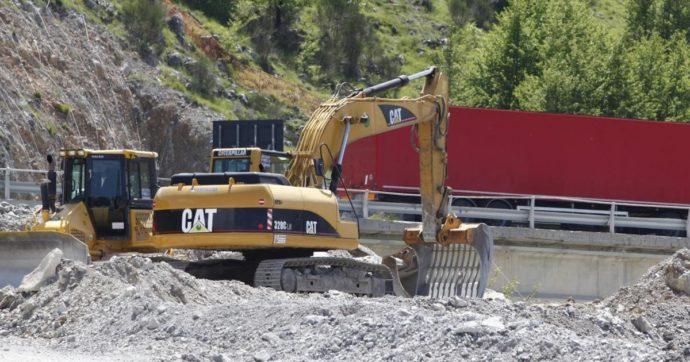 Parma, schiacciato da una ruspa nel cantiere sull'autostrada A15: muore operaio 53enne