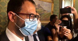"""Incendi in Sicilia, Patuanelli: """"Non c'è un problema di personale ma di coordinamento tra i soggetti che devono gestire i roghi"""""""