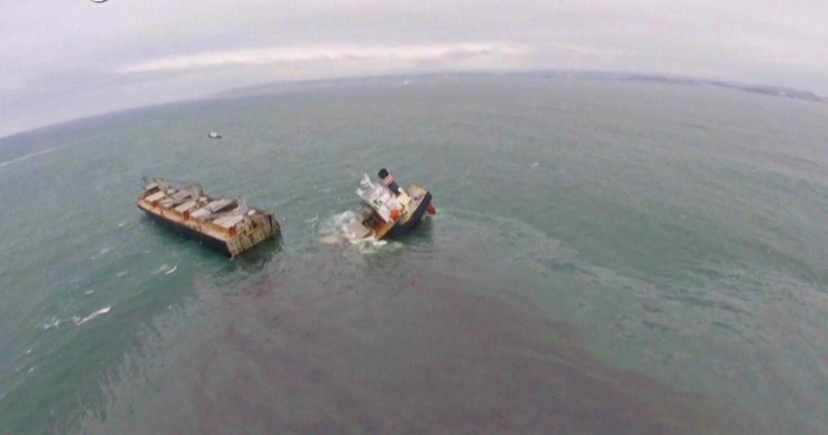 Giappone, si spezza nave-cargo e fuoriesce petrolio in mare: la scia nera lunga 24 chilometri – Video