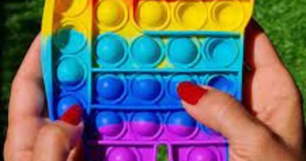 Pop It, ecco cos'è e come funziona il gioco mania dell'estate: è antistress, abbassa l'ansia e contribuisce allo sviluppo cognitivo