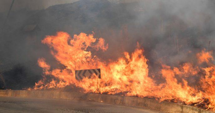 L'Italia brucia ancora, le fiamme hanno messo in ginocchio una decina di regioni. Solo oggi sono state 35 le richieste di intervento aereo