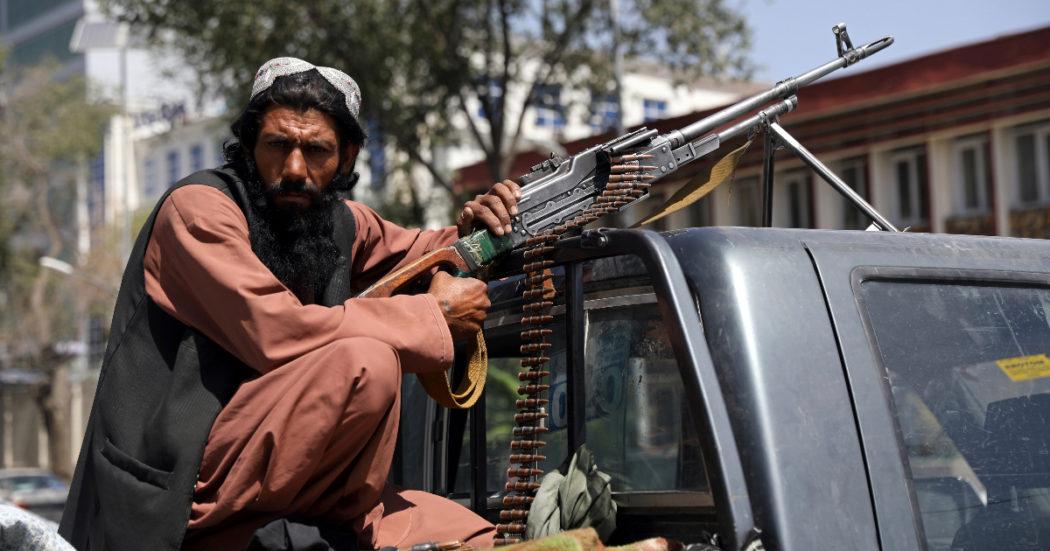 """Afghanistan, """"i talebani stanno cercando le persone casa per casa"""". La resa di Kabul, l'Onu denuncia: notizie spaventose. Caos all'aeroporto, la missione tedesca non può atterrare – LA DIRETTA"""