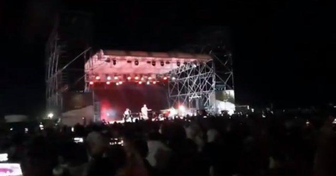 """Assembramenti al concerto di Manu Chao a Cerveteri, il sindaco sale sul palco: """"Ora basta, rispettiamo la gente morta per Covid"""""""