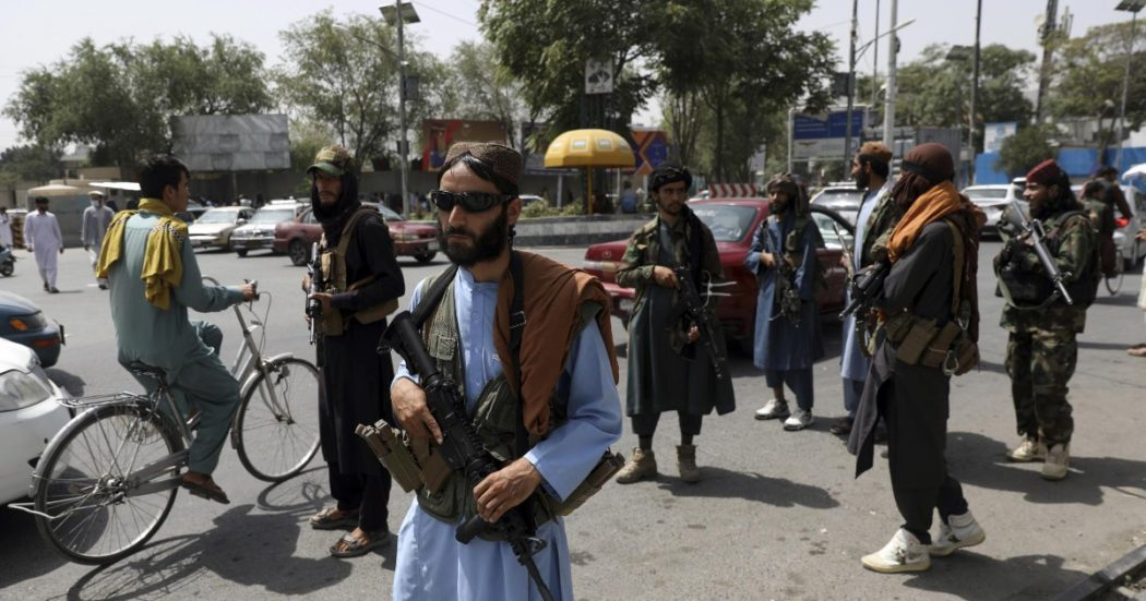"""Afghanistan, Usa congelano riserve della banca centrale. Il governatore: """"I prezzi del cibo saliranno, danno per i poveri"""". A rischio anche gli aiuti umanitari"""