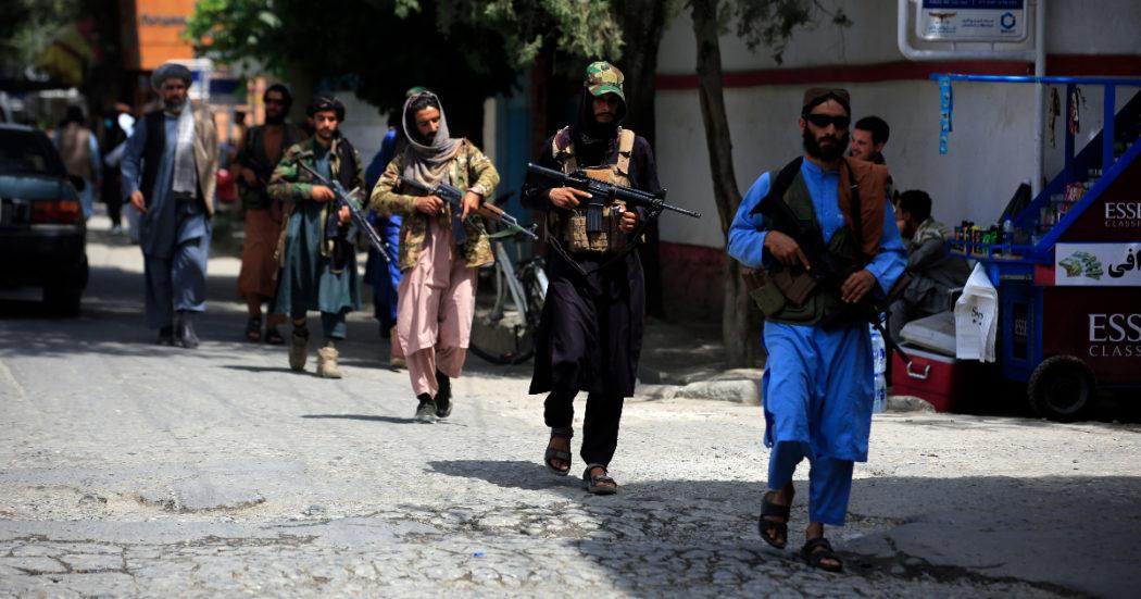 Afghanistan, diretta – In centinaia protestano a Jalalabad, i talebani sparano: almeno 3 morti. Ponte aereo italiano: 86 arrivati a Fiumicino