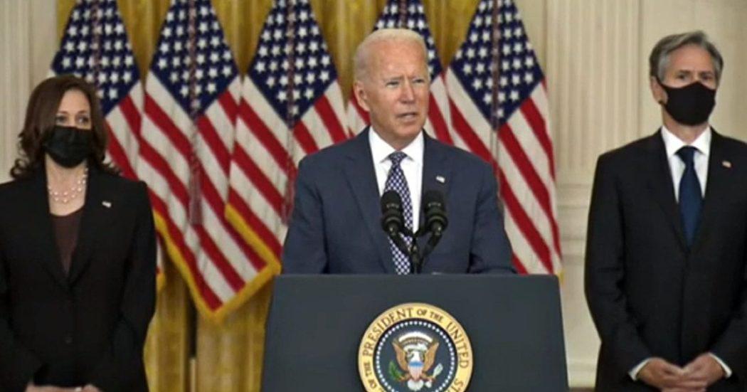 """Afghanistan, due i membri Isis uccisi. Talebani: """"Usa dovevano avvertirci prima. La prossima settimana il governo"""". Biden: """"Rischio nuovi attacchi, ci saranno nuovi raid"""""""