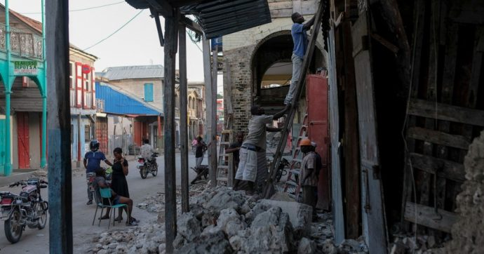 Terremoto Haiti, 2.200 morti e 12.000 feriti. Corsa contro il tempo per trovare superstiti. Dalla Ue 3 milioni di euro per l'assistenza