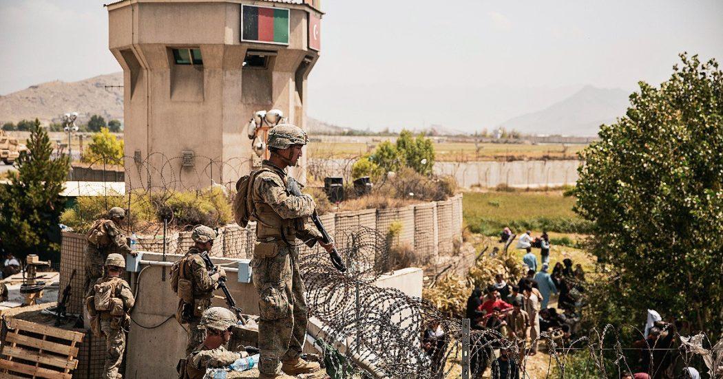 """Afghanistan, all'aeroporto di Kabul è il """"pandemonio"""": 3 morti. L'ambasciata americana: """"Non andate, è pericoloso"""". Media Usa: """"Si temono attacchi dell'Isis"""""""