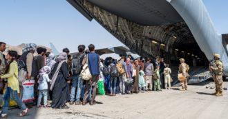 """Afghanistan, i Talebani: """"Reagiremo se Usa resteranno dopo il 31 agosto"""". La Germania avvia colloqui con gli alleati per la proroga. L'Europa si spacca sull'accoglienza degli afghani in fuga"""