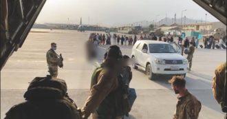Afghanistan, la lunga coda di civili in attesa di imbarcarsi su un volo di evacuazione: il video del ponte aereo italiano da Kabul