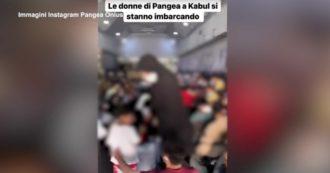 Afghanistan, le donne della Onlus Pangea e le loro famiglie lasciano Kabul: il video a bordo di uno dei voli di evacuazione