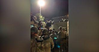 Soldati spagnoli impegnati a evacuare l'aeroporto di Kabul: gli afgani in fuga si fanno conoscere con fazzoletti rossi - video