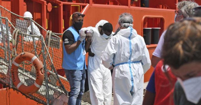Lampedusa, sbarcati quasi 600 migranti in poche ore. La procura di Agrigento apre un'inchiesta per individuare i traghettatori