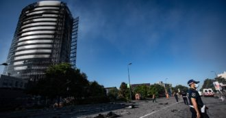 """Incendio a Milano, il possibile cortocircuito e l'effetto camino: il punto sulle ipotesi. I pm: """"I pannelli esterni sono bruciati come il cartone"""""""