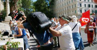 """Roma, giornalista aggredito da un manifestante al sit-in contro il green pass nelle scuole: """"Colpito in faccia con 4-5 cazzotti"""""""