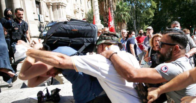 """Giornalisti aggrediti ai sit-in """"no green pass"""", Lamorgese convoca comitato atti intimidatori: """"Libertà di manifestare, ma no a minacce"""""""