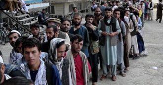 Afghanistan, lunghe file ai distributori di Kabul dopo la partenza delle truppe Usa